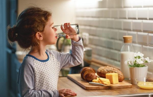 Uống nước tưởng dễ nhưng có 3 thời điểm cha mẹ không nên cho trẻ uống kẻo hỏng dạ dày - 5