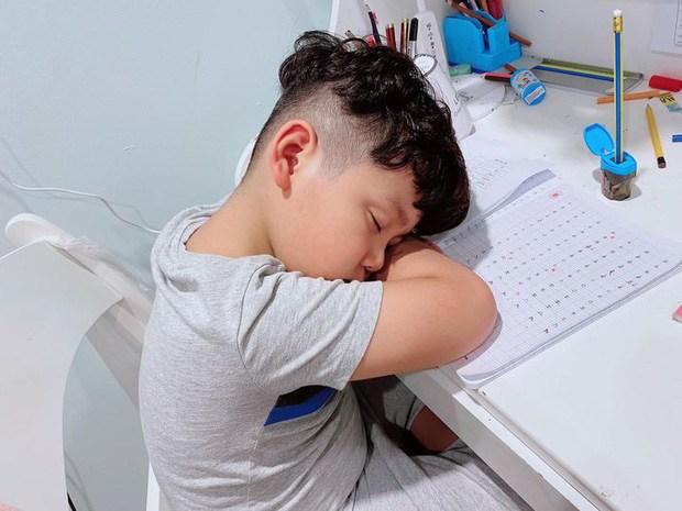 Sao Việt mạnh dạn đăng ảnh bất lực khi con học: Hoá ra amp;#34;con nhà nguời taamp;#34; giống con mình - 1