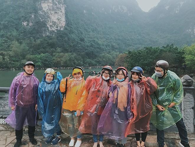 Mặc kệ áo mưa 20k bán nhan nhản, hội nhà giàu thích tốn vài chục triệu diện cho sang người - 5