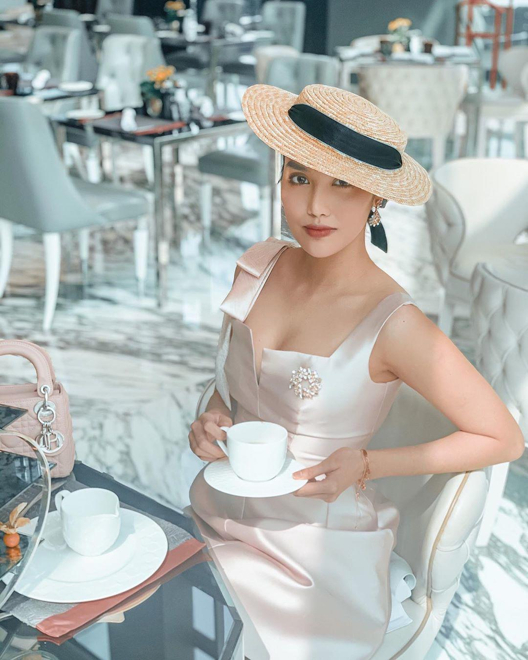 Thời trang trà chiều trái ngược: sao Hàn chuộng thanh lịch, mỹ nhân Việt ưa sang chảnh, cầu kỳ - 1