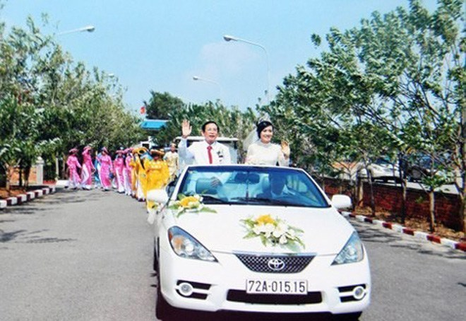 Ngay trong ngày cưới, ông đã chuẩn bị dàn xe siêu khủng để rước dâu, dẫn đầu là xế hộp mui trần màu trắng cực sang trọng.
