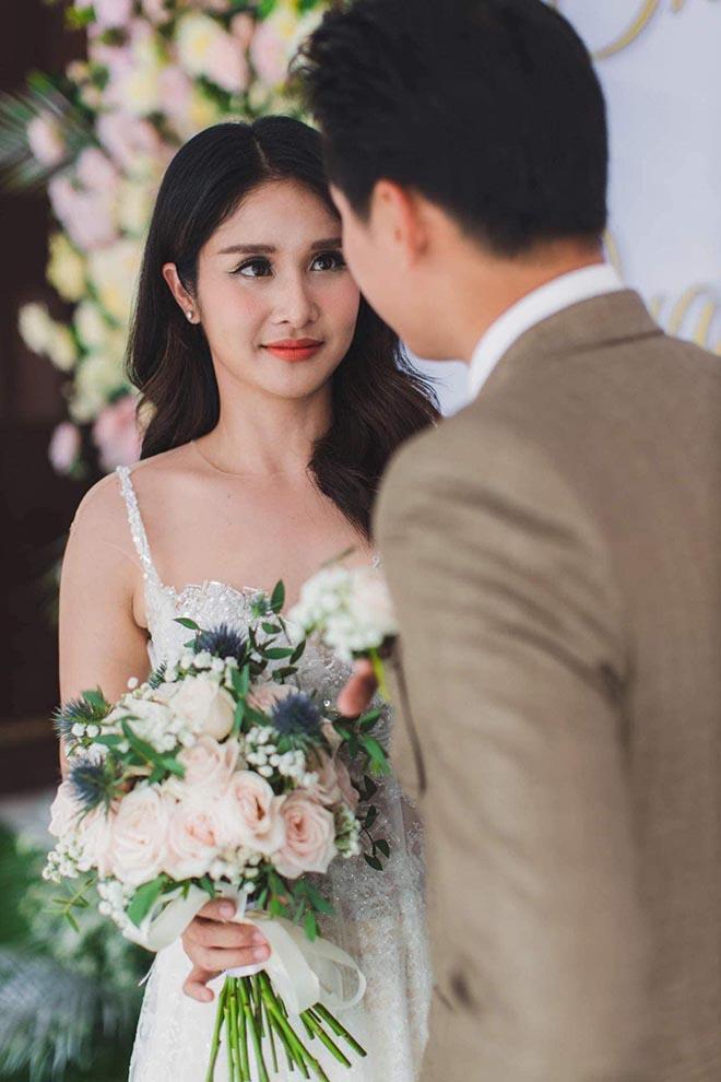 Đám cưới showbiz giữa miền Trung mùa lũ: Khách mời đội mưa, chèo thuyền đến ngắm cô dâu - 4