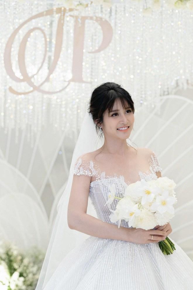 Đám cưới showbiz giữa miền Trung mùa lũ: Khách mời đội mưa, chèo thuyền đến ngắm cô dâu - 6