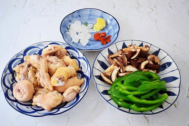 Mưa gió làm ngay nồi thịt gà om nấm, cả nhà ăn xong ấm lòng - 1