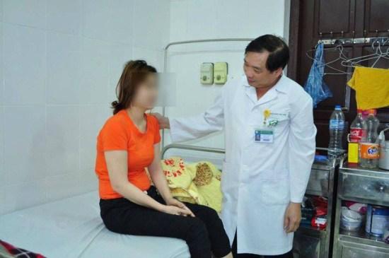Bác sĩ thăm khám cho bệnh nhântại Viện Sức khỏe tâm thần, Bệnh viện Bạch Mai. Ảnh: Thế Anh.