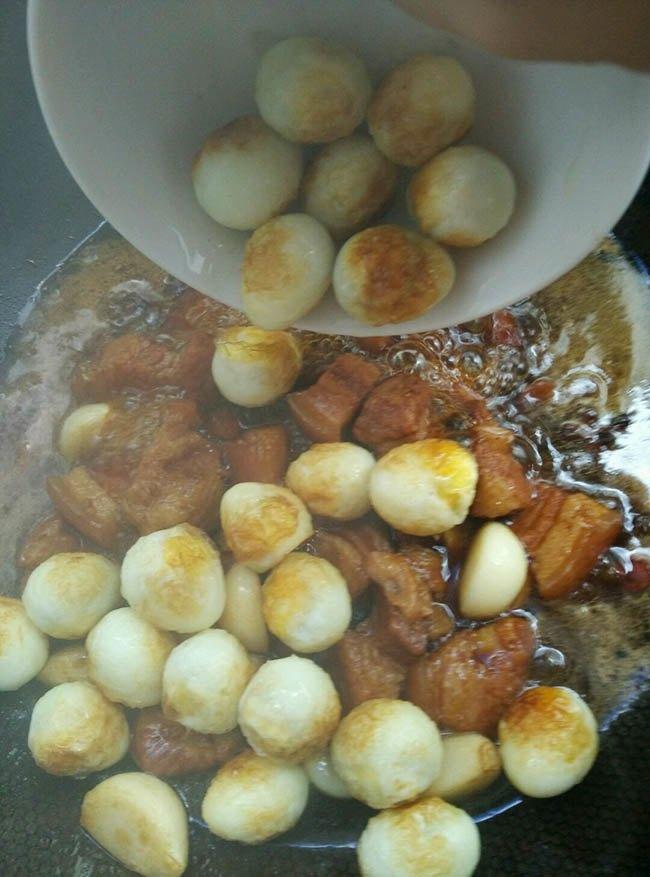 Trời lạnh, làm ngay nồi thịt kho trứng cút kiểu mới, nấu cả nồi cơm đầy cũng hết - 8