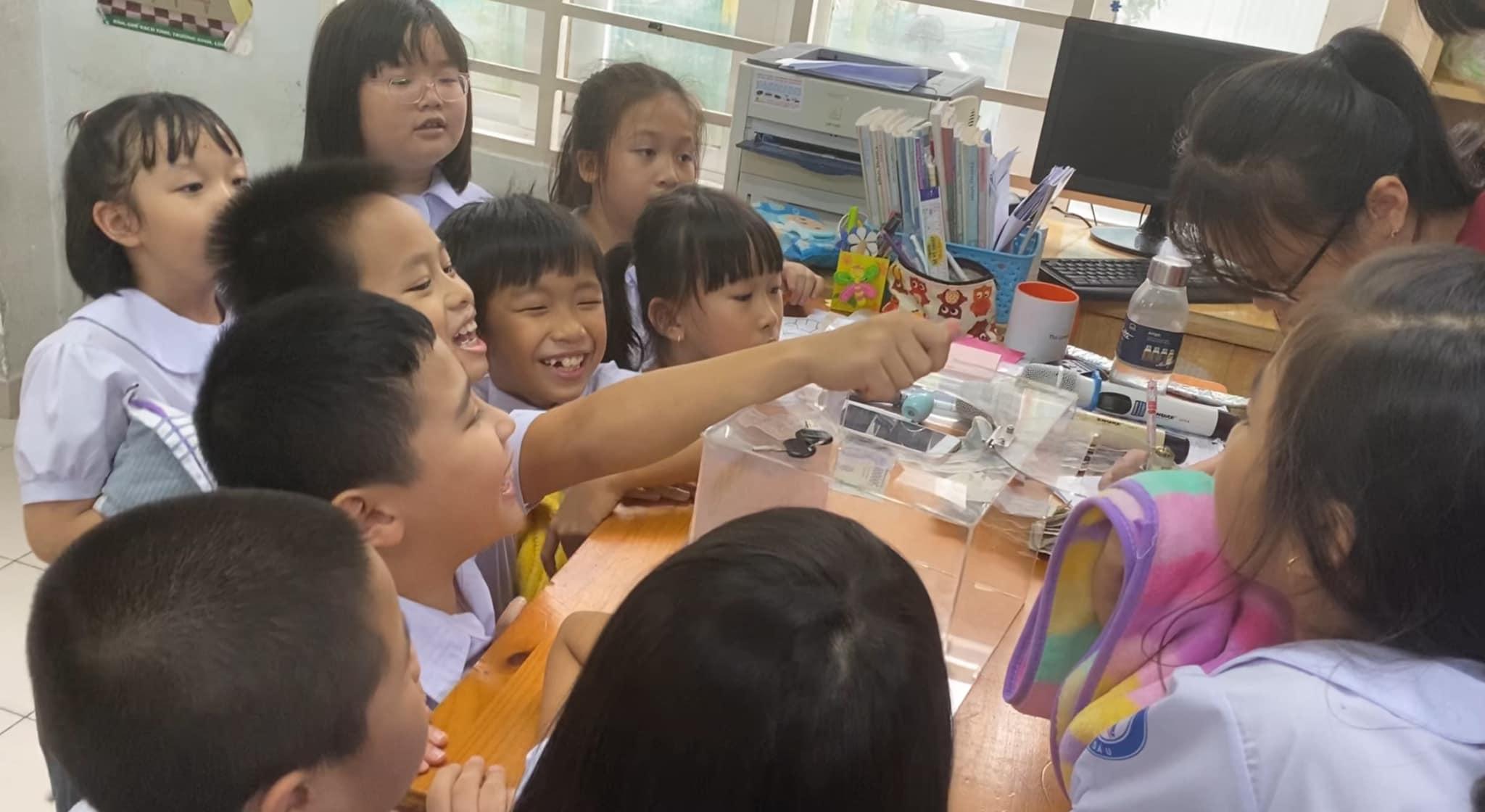 Cả lớp cùng phụ huynh lớp bé Ken đang học đều hưởng ứng nhiệt tình kế hoạch của cậu bé.