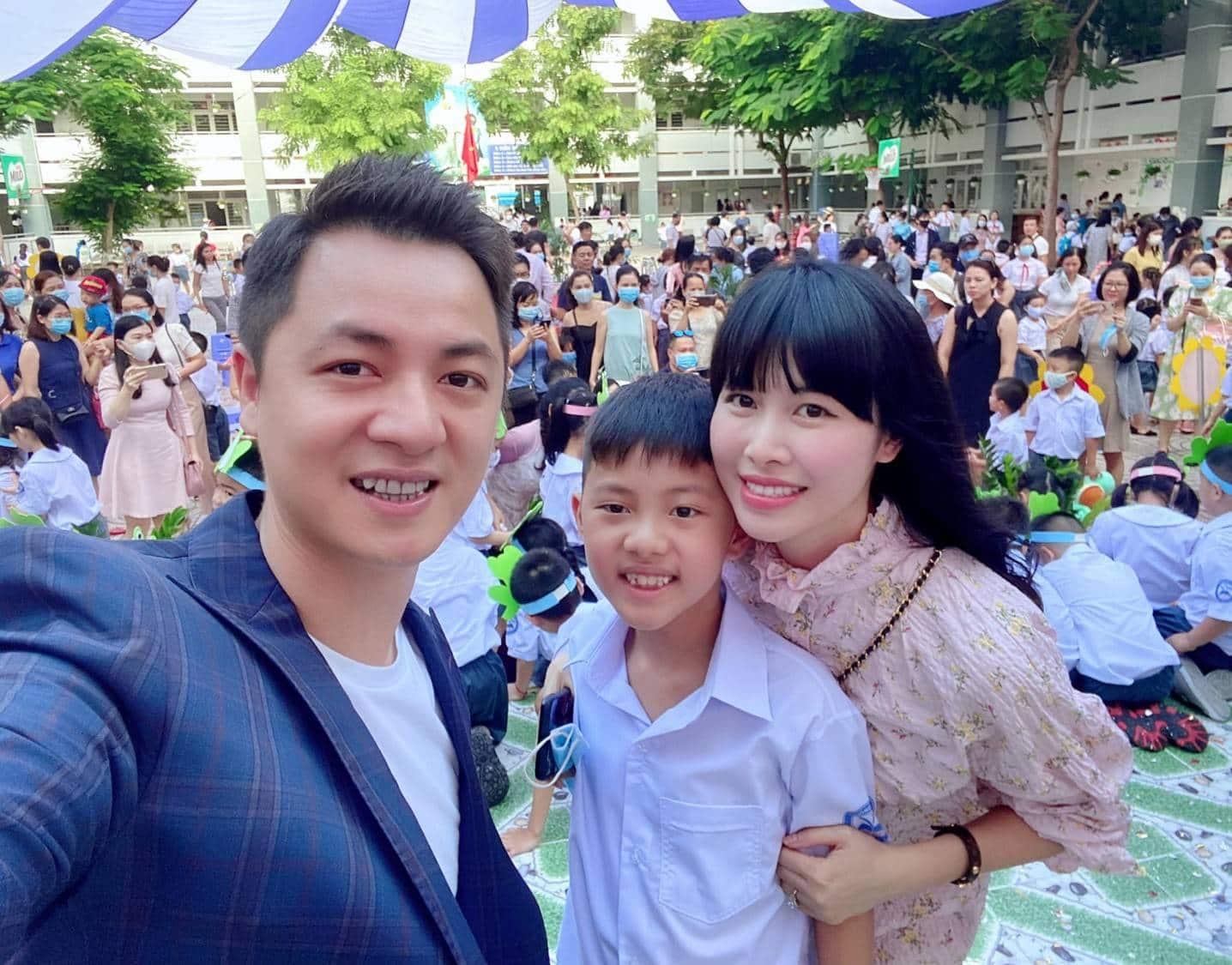 Thủy Anh - Đăng Khôi và con trai lớn- bé Đăng Khang hiện đã là học sinh tiểu học.