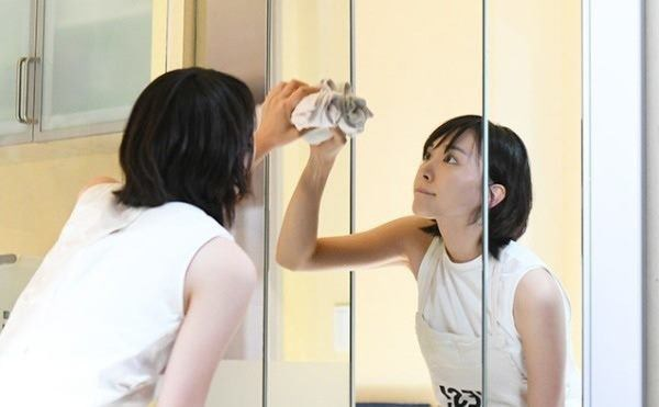 Cách vệ sinh gương phòng tắm luôn sạch bóng như ở khách sạn - 1