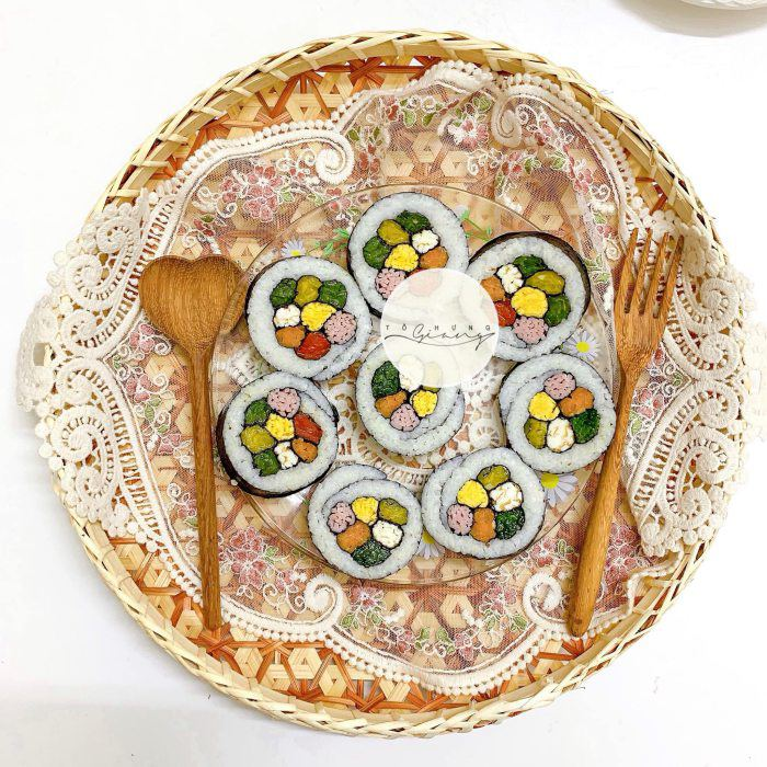 Khách đến nhà hoa mắt vì món cơm cuộn hình hoa cực xinh của mẹ đảm Hà Nội - 8