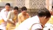 Hoàng tử Thái Lan bất ngờ bế bổng chị gái trong lễ giỗ cố vương