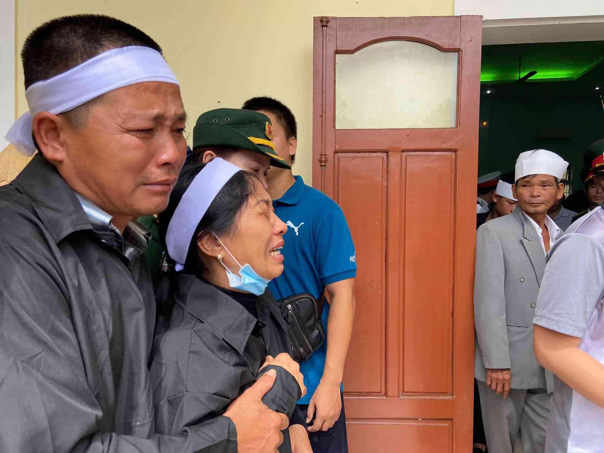 Tin tức 24h: Thắt lòng cảnh vợ Chủ tịch huyện thẫn thờ đứng cạnh di ảnh chờ chồng - 1