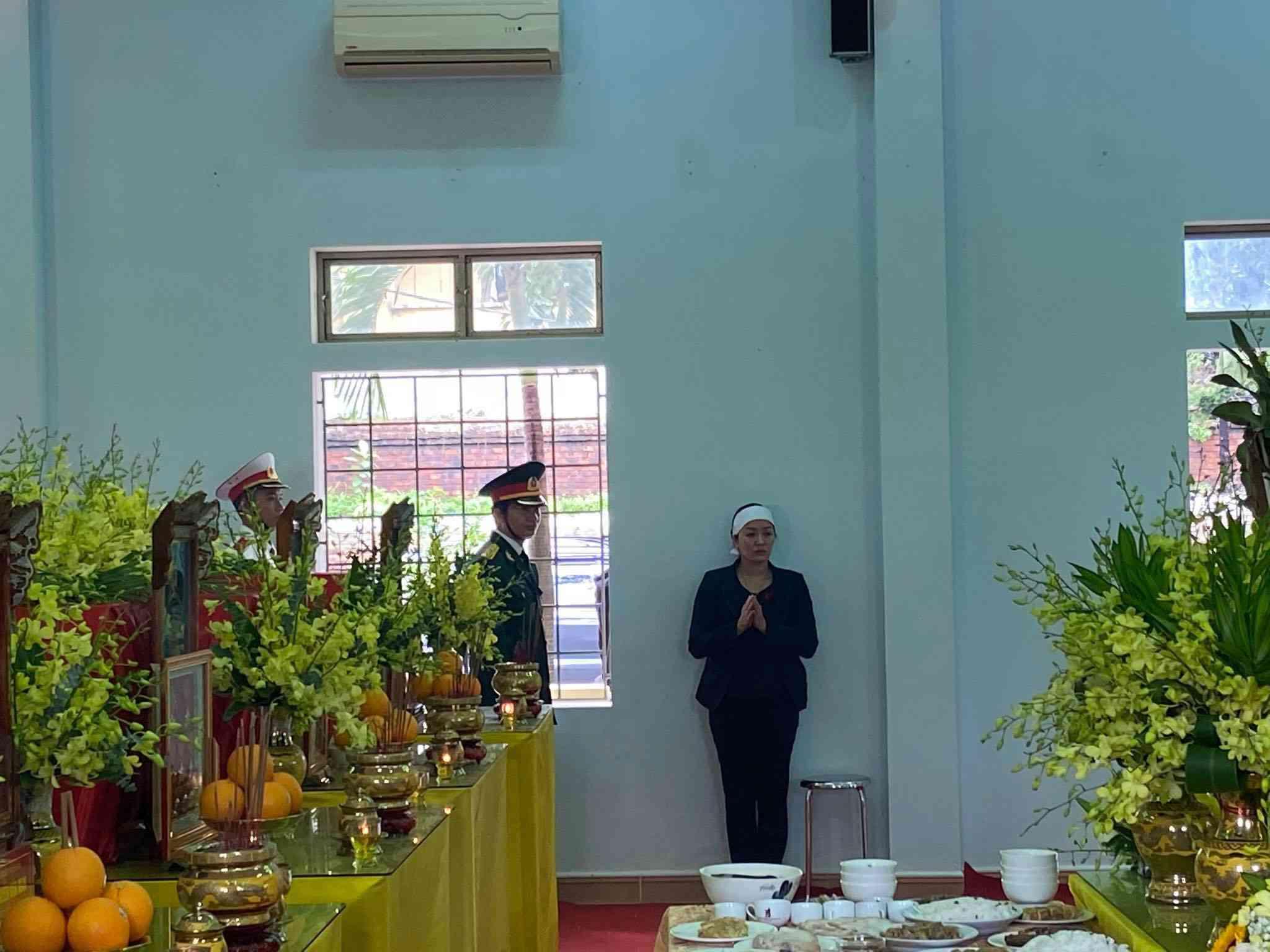 Tin tức 24h: Thắt lòng cảnh vợ Chủ tịch huyện thẫn thờ đứng cạnh di ảnh chờ chồng - 3