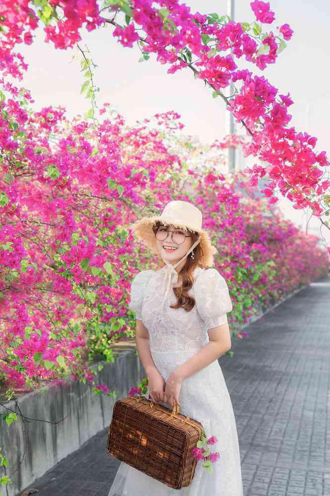 """Hà Nội: Cây cầu hoa giấy bất ngờ bung nở trở lại, check-in """"sương sương"""" có ngay ảnh đẹp! - 5"""