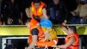 Trắng đêm ngược dòng nước lũ giải gần 20 người hoảng loạn trên nóc xe khách bị cuốn trôi