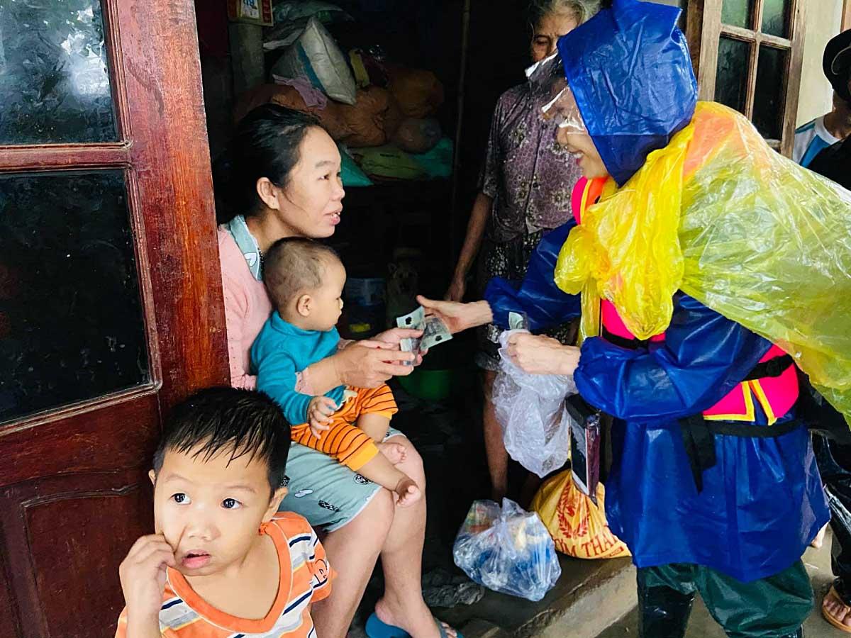 Trấn Thành bức xúc khi bị chất vấn về tiền cứu trợ, Phi Nhung bị chỉ trích vì cười tươi - 9