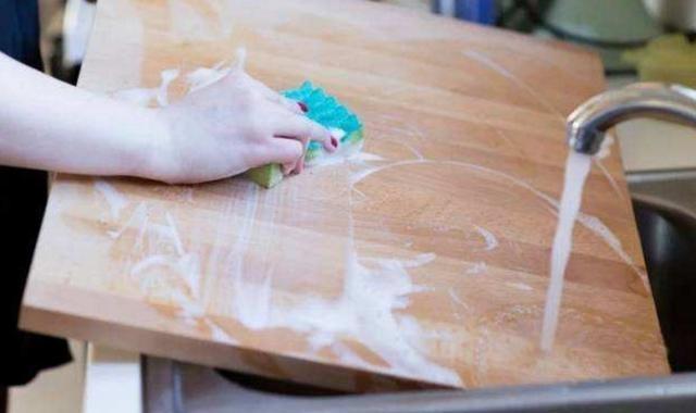 Thớt rất bẩn, không thể rửa sạch bằng nước, học cách này, thớt sạch trong 5 phút chẳng bị mốc - 5