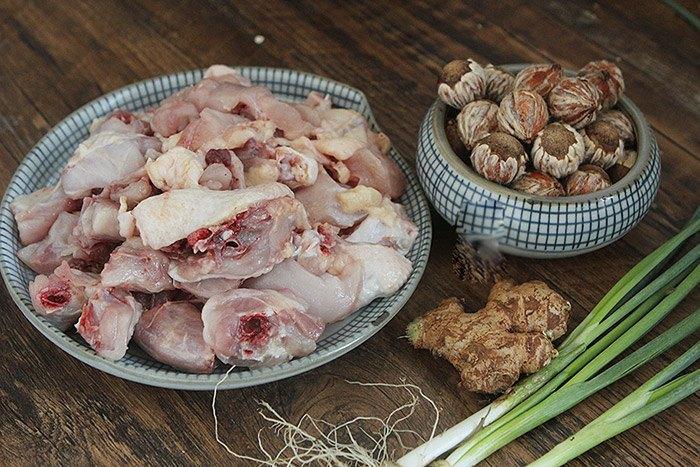 Rang hạt dẻ mãi cũng chán, đem nấu với thịt gà kiểu này làm ai cũng ăn vài bát cơm - 1