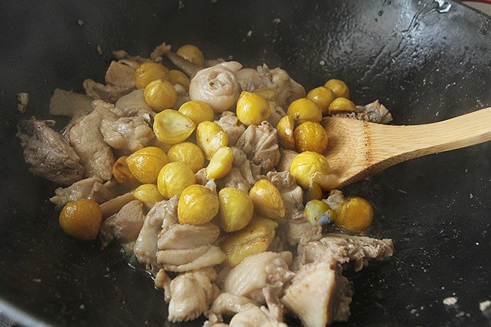 Rang hạt dẻ mãi cũng chán, đem nấu với thịt gà kiểu này làm ai cũng ăn vài bát cơm - 7