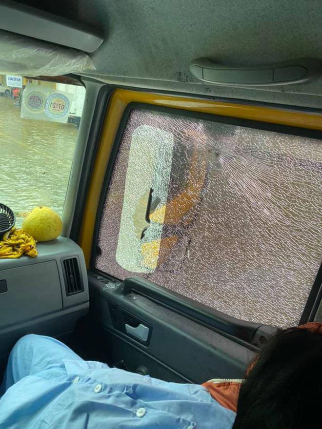 Sao Việt 24h: Đưa bà đẻ miền Trung đi cấp cứu, xe của Hòa Minzy bị dân ném vỡ kính - 3