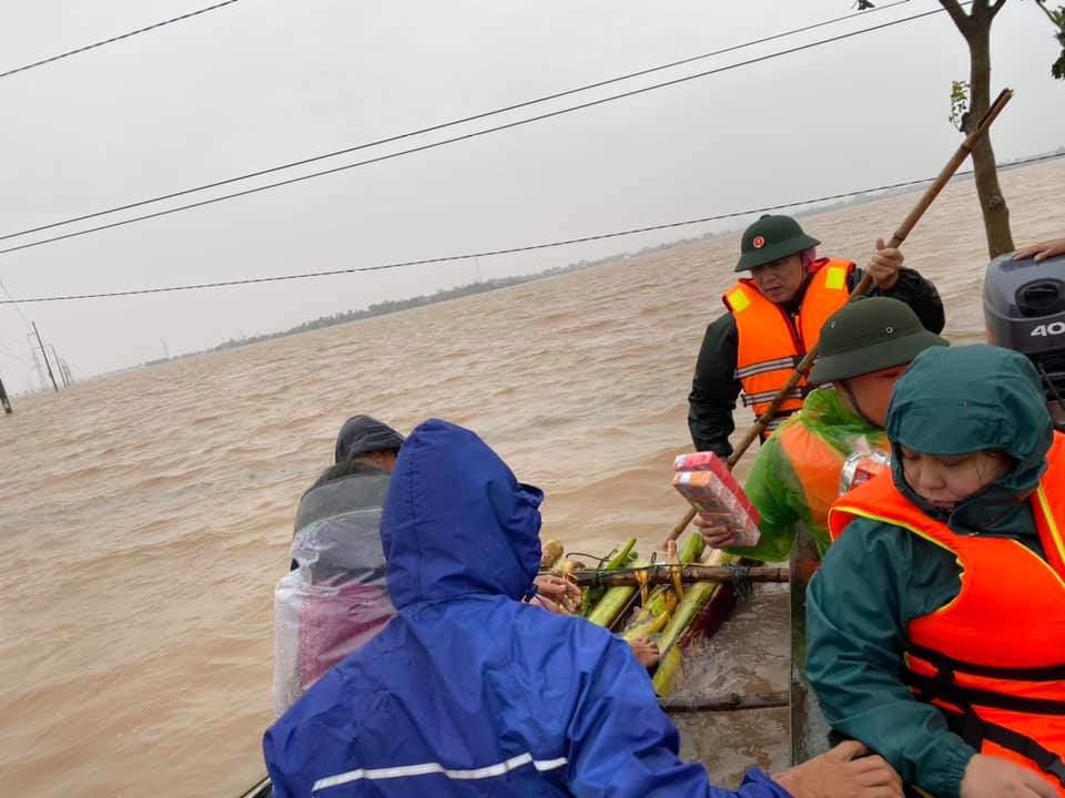 Sao Việt 24h: Đưa bà đẻ miền Trung đi cấp cứu, xe của Hòa Minzy bị dân ném vỡ kính - 6