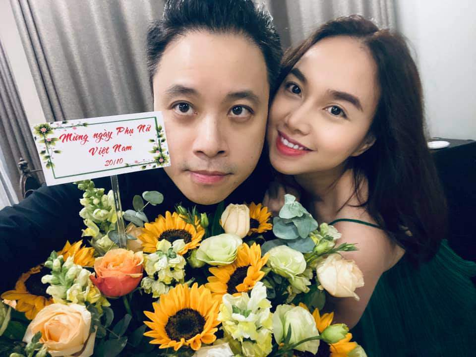 Sao Việt 24h: Đưa bà đẻ miền Trung đi cấp cứu, xe của Hòa Minzy bị dân ném vỡ kính - 12