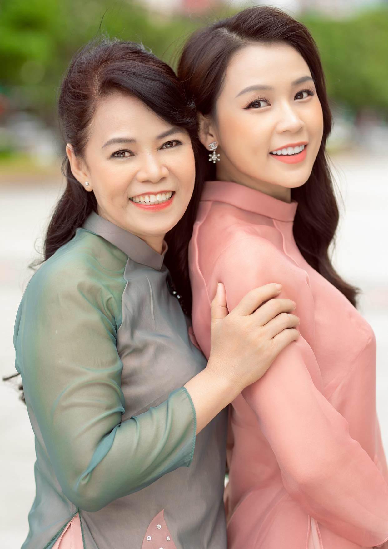 Sao Việt 24h: Đưa bà đẻ miền Trung đi cấp cứu, xe của Hòa Minzy bị dân ném vỡ kính - 16