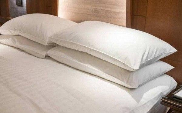 Tại sao lại kê 4 chiếc gối trên giường trong khách sạn tình yêu? Công dụng thực sự là gì? - 4