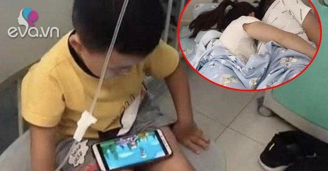 Trong phòng bệnh nhi, cặp vợ chồng cho con chơi điện thoại rồi thản nhiên làm hành động đỏ mặt