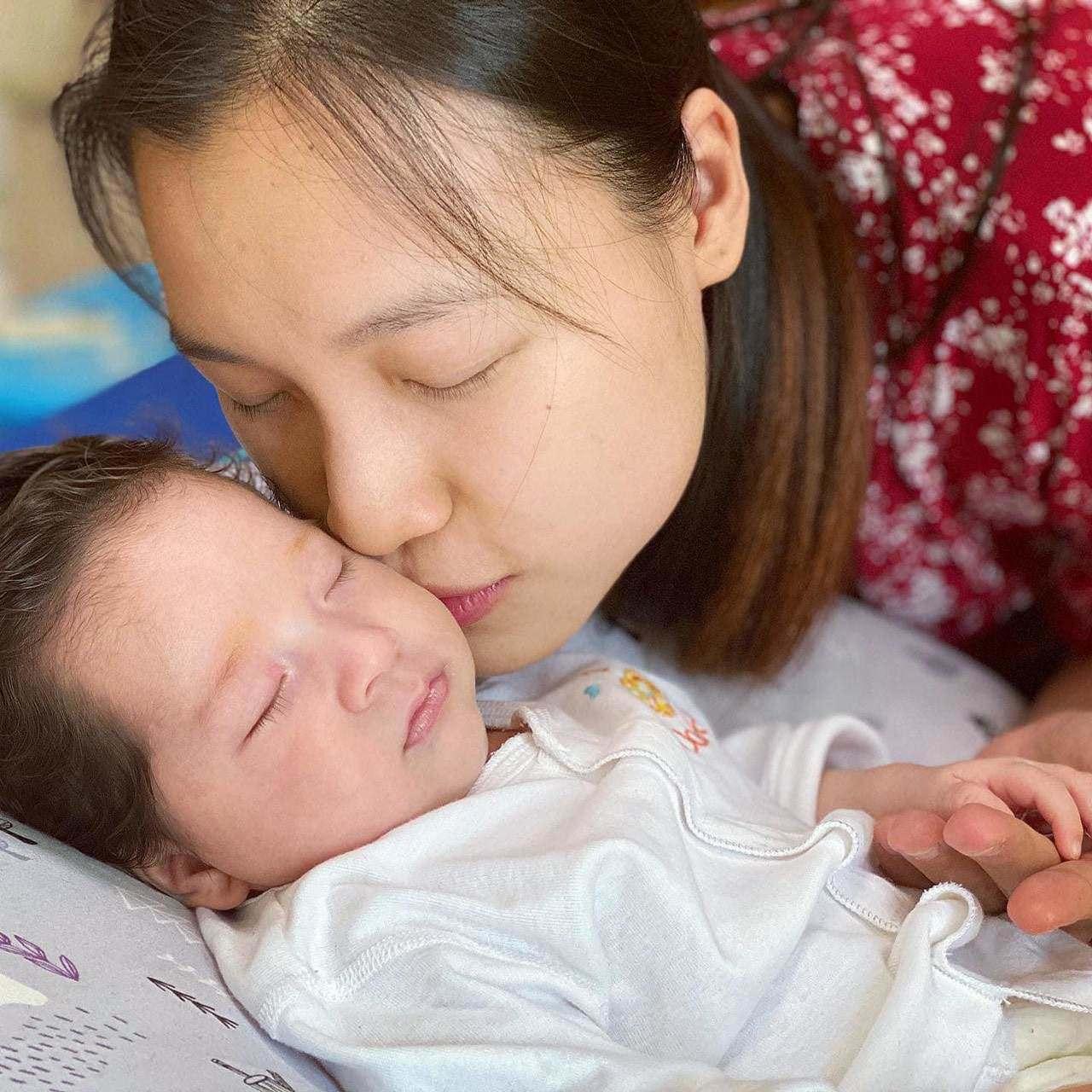 Bé Max- con trai Hoàng Oanh vừa chào đời đã gây sốt với vẻ đẹp lai cực phẩm.