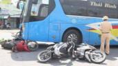 Dừng chờ đoàn xe tang chở liệt sĩ đi qua, 4 xe máy bị xe khách húc văng