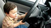 Tại sao không nên cho trẻ em ngồi ghế trước ô tô?