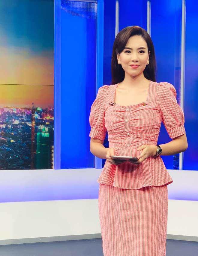 MC Mai Ngọc gặp sự cố vã mồ hôi khi lên sóng trực tiếp bản tin 50 phút - 4