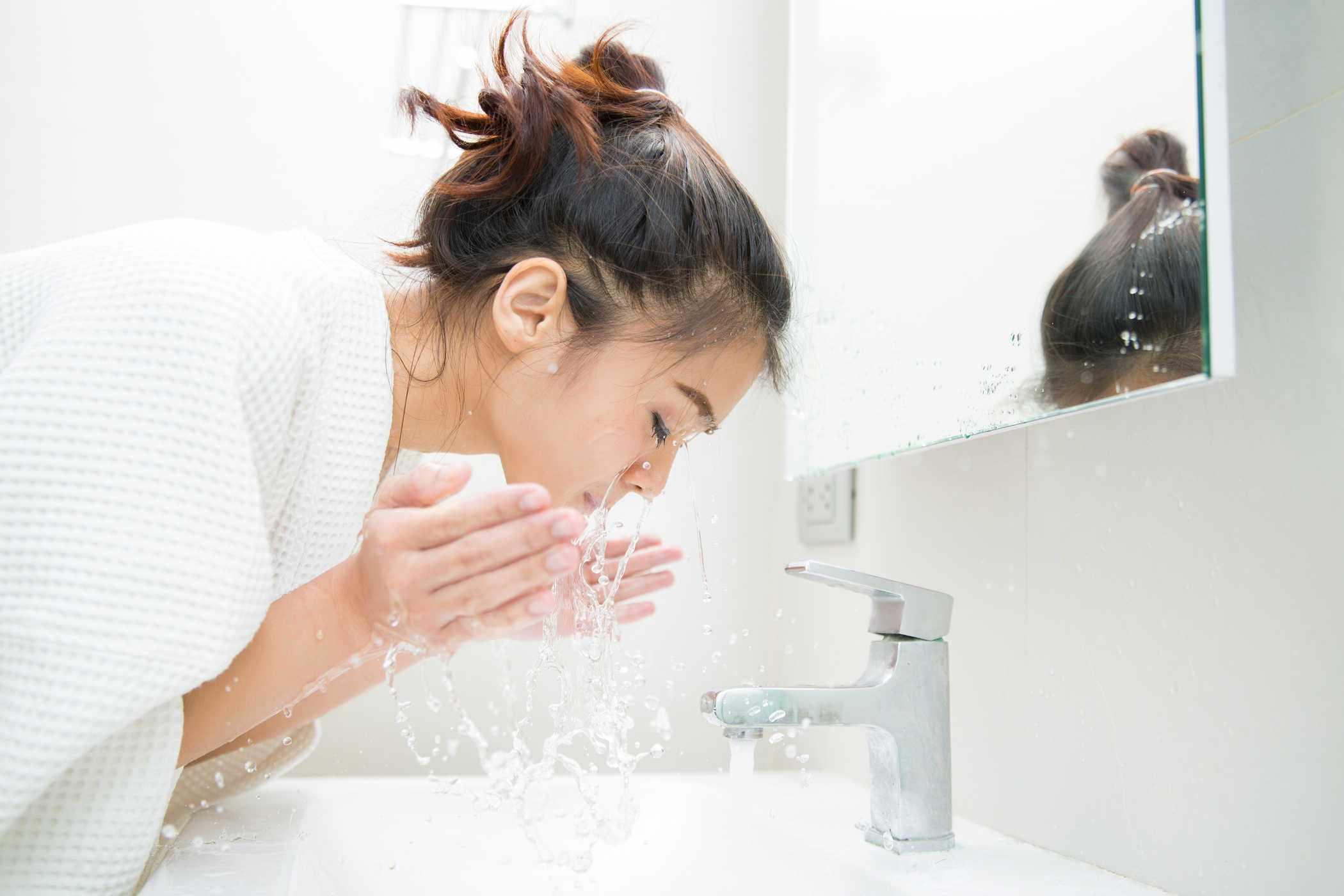 Thời tiết thay đổi, chị em cứ rửa mặt theo cách cũ thể nào da cũng khô sần, xám xịt - 1
