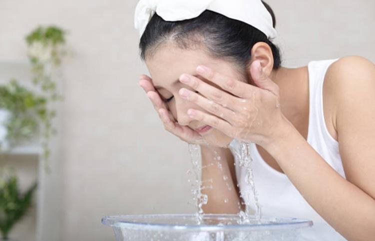 Thời tiết thay đổi, chị em cứ rửa mặt theo cách cũ thể nào da cũng khô sần, xám xịt - 3