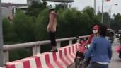Chàng trai cứu sống người phụ nữ định nhảy cầu