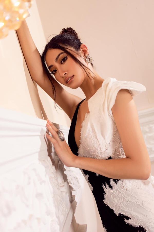 Diện váy xuyên thấu khoét bạo, Lương Thuỳ Linh khoe vòng một đẹp nhất làng Hoa hậu - 16