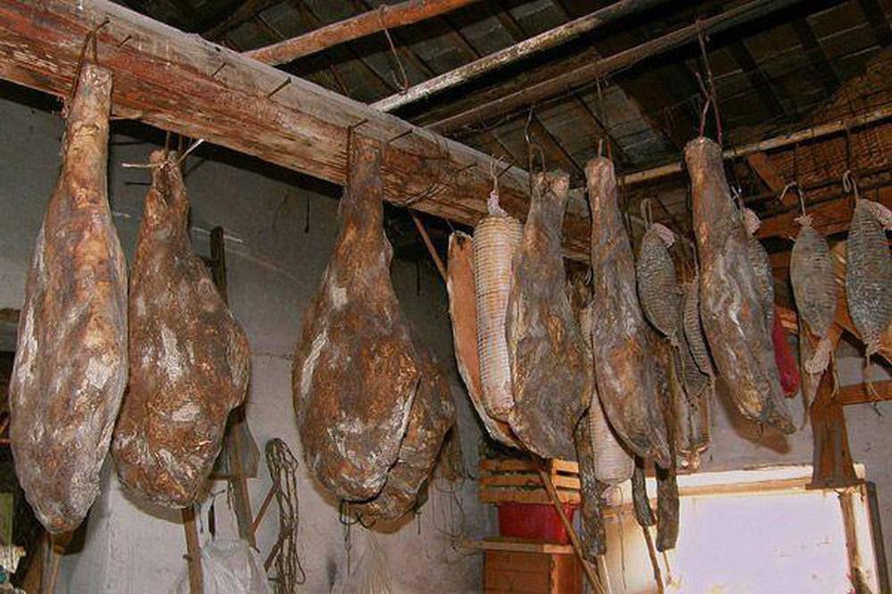 Toát mồ hôi với đặc sản đùi lợn đen sì, mốc meo quanh năm của người Trung Quốc - 3