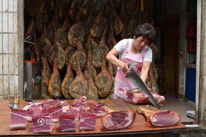 Toát mồ hôi với đặc sản đùi lợn đen sì, mốc meo quanh năm của người Trung Quốc - 7