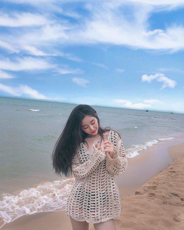 Nằm vọc cát trên bờ biển, hot girl chợt nổi đình đám nhờ vòng ba quả táo - 8