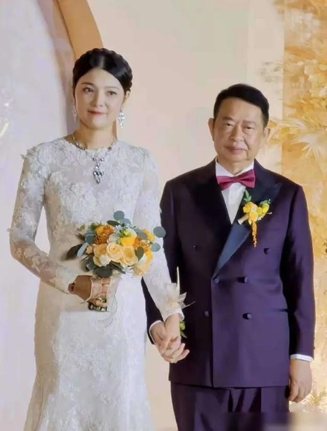 Chú rể 63 cưới cô dâu 38 xinh như hoa hậu, biết danh tính chú rể ai cũng choáng nặng - 1