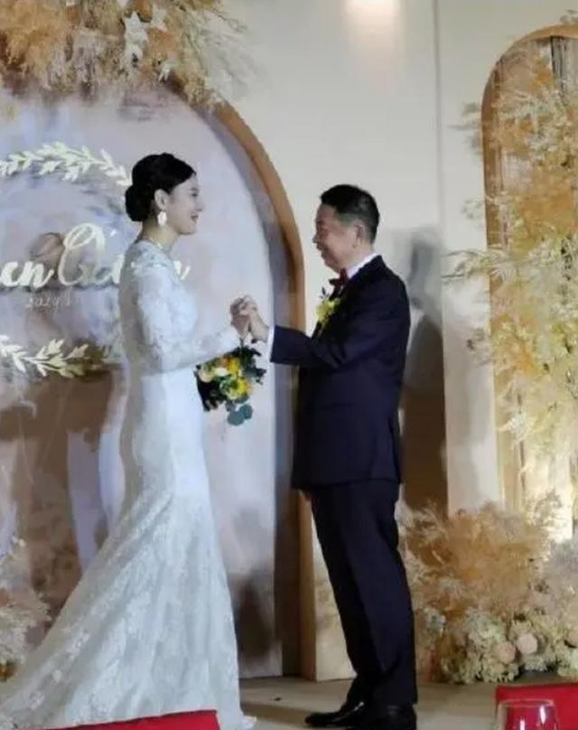 Chú rể 63 cưới cô dâu 38 xinh như hoa hậu, biết danh tính chú rể ai cũng choáng nặng - 3