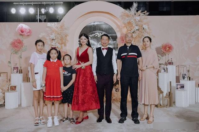 Chú rể 63 cưới cô dâu 38 xinh như hoa hậu, biết danh tính chú rể ai cũng choáng nặng
