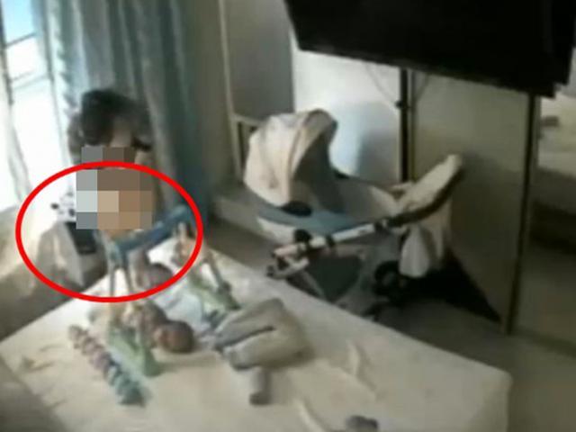 Lắp camera, vợ phát hiện nữ giúp việc cởi đồ trước mắt con, gọi chồng về gấp