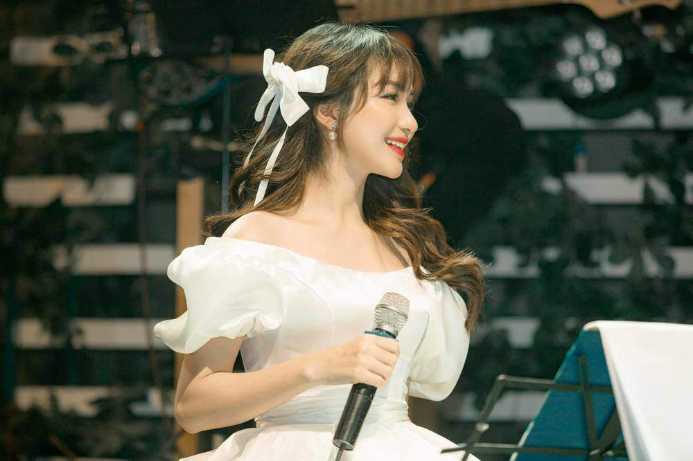 Ngày Công Phượng lấy vợ, Hoà Minzy không diện váy trắng vẫn đẹp lộng lẫy như nàng công chúa - 6