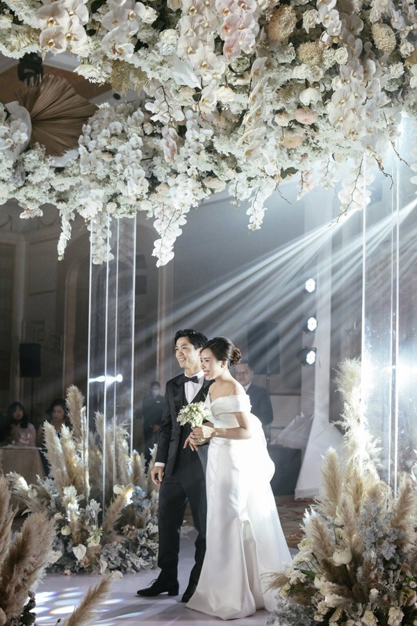 Là tiểu thư nhà giàu, vợ Công Phượng chỉ diện toàn váy áo đơn giản trong ngày cưới - 6