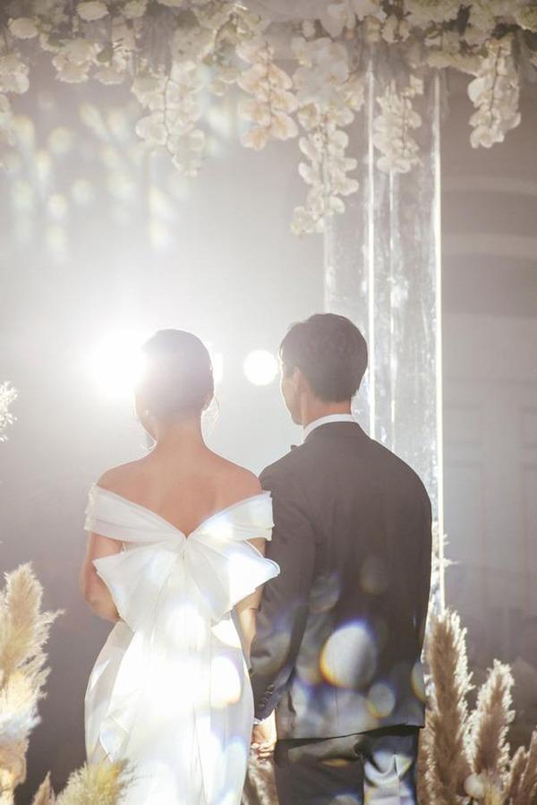 Là tiểu thư nhà giàu, vợ Công Phượng chỉ diện toàn váy áo đơn giản trong ngày cưới - 4