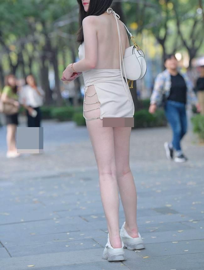 Mỹ nhân Việt diện đầm xẻ bạo cũng amp;#34;chào thuaamp;#34; hội gái Trung với kiểu đồ cắt không điểm dừng - 4