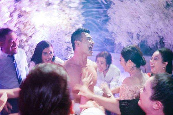 Sao Việt amp;#34;tả tơiamp;#34; trong đám cưới: Người rách váy, kẻ bị lột đồ vẫn không bằng Đông Nhi - 9