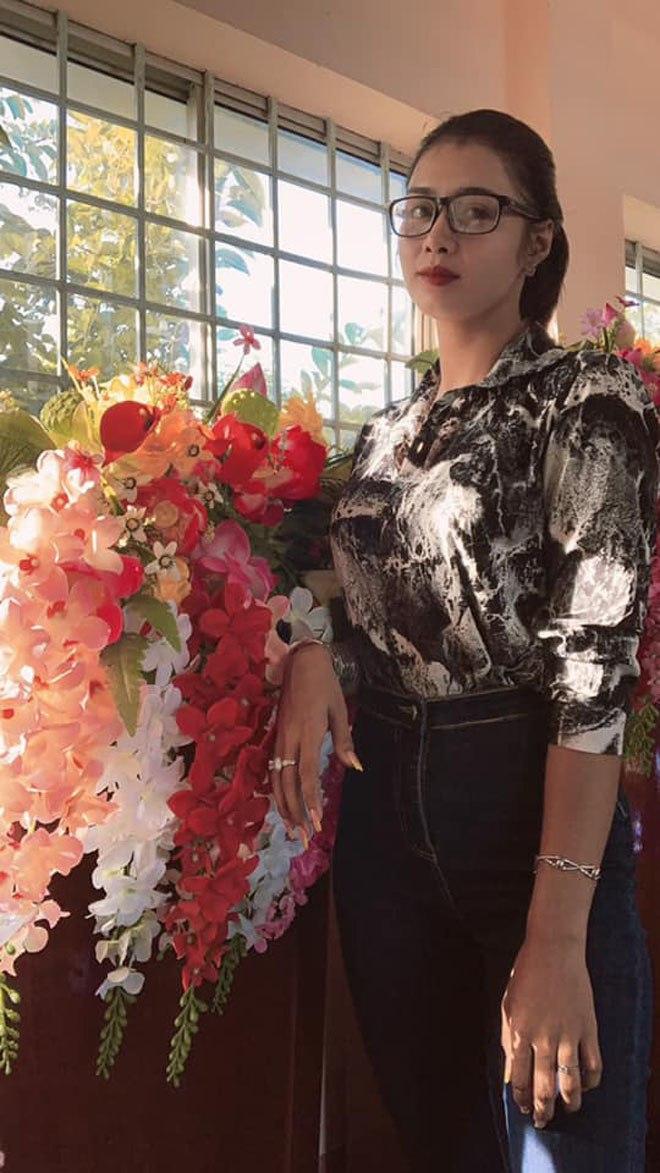 """Cô giáo được học sinh tặng hoa rồi khen: """"Cô là hoa hậu"""", CĐM ngỡ ngàng trước nhan sắc thật - 5"""